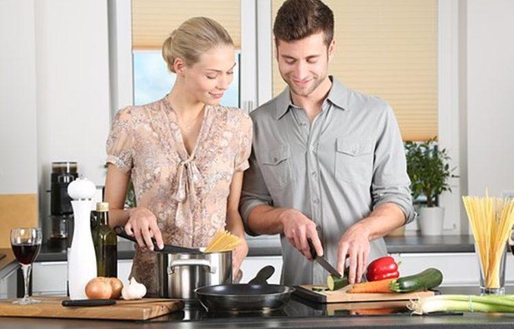 sjeckanje luka kuhanje kuhinja