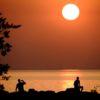 MALMÖ 2018-08-08  Solen på väg ner i Öresund efter torsdagens Afrikahetta. Torsdagen bjöd på temperaturer på upp mot 35 grader i södra Sverige.  Foto: Johan Nilsson / TT / Kod 50090