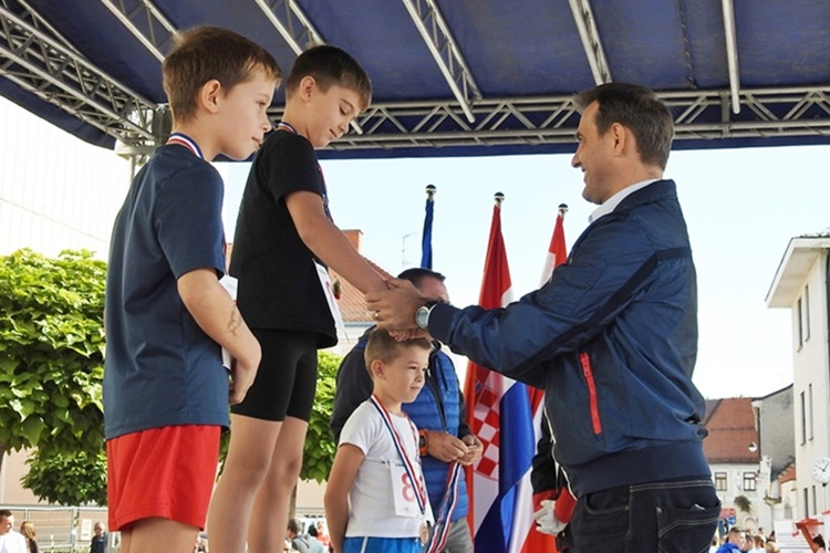 varazdinski-polumaraton-djecje-medalje-vugrin